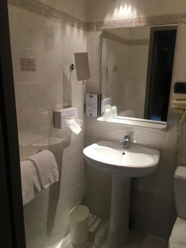 A bathroom at Kyriad Rodez
