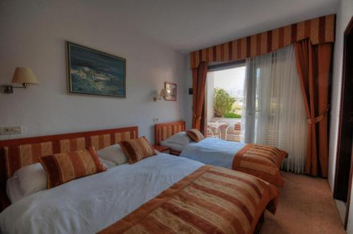 A bed or beds in a room at Hotel Trogirski Dvori