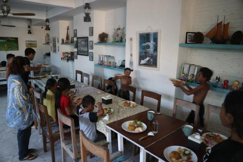 A restaurant or other place to eat at Paras Paros Marina Lodge