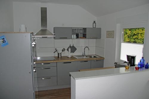 A kitchen or kitchenette at Ferienwohnung Brandheide