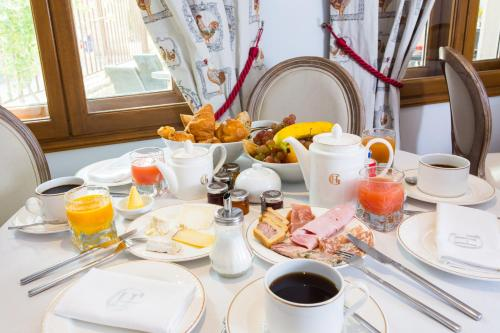 Breakfast options available to guests at Hôtel & Spa Greuze