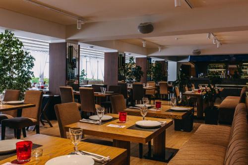 Um restaurante ou outro lugar para comer em Sea Breeze White Villas