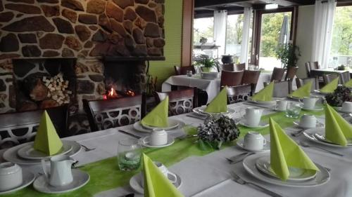 A restaurant or other place to eat at Landhotel am Schloss