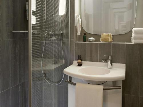 A bathroom at ibis Velizy Jouy-En-Josas