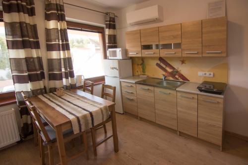 Kuchyňa alebo kuchynka v ubytovaní Apartmány Malý Princ