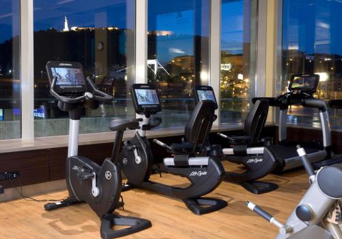 The fitness center and/or fitness facilities at Budapest Marriott Hotel