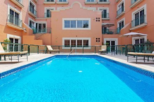 Der Swimmingpool an oder in der Nähe von Holiday Inn Express Monterrey Galerias-San Jeronimo, an IHG Hotel