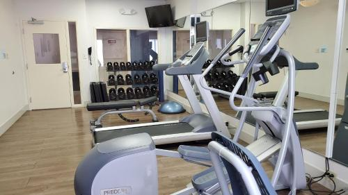 The fitness centre and/or fitness facilities at Holiday Inn Express-International Drive, an IHG Hotel