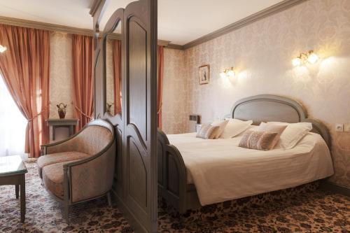 A bed or beds in a room at Hotel Munsch, Colmar Nord - Haut-Koenigsbourg