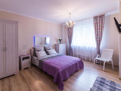 Кровать или кровати в номере Kvartira ESTHET