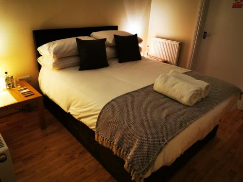 A bed or beds in a room at The Cavendish Five Bells