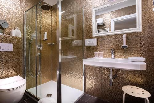 A bathroom at Hotel Heritage Forza