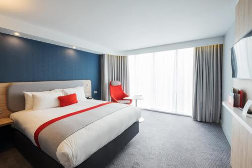 A bed or beds in a room at Holiday Inn Express - Stockport, an IHG Hotel