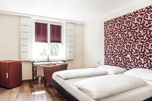 A bed or beds in a room at Hotel Weitzer Graz