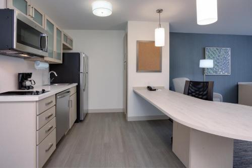 Küche/Küchenzeile in der Unterkunft Candlewood Suites Miami Intl Airport - 36th St, an IHG Hotel