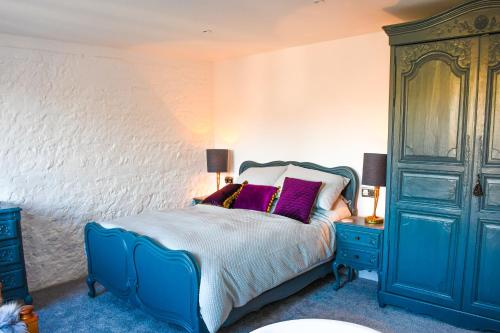 A bed or beds in a room at Kings Head, Lewes