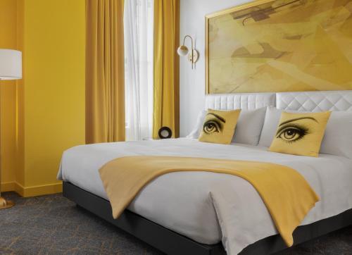 Una cama o camas en una habitación de Angad Arts Hotel