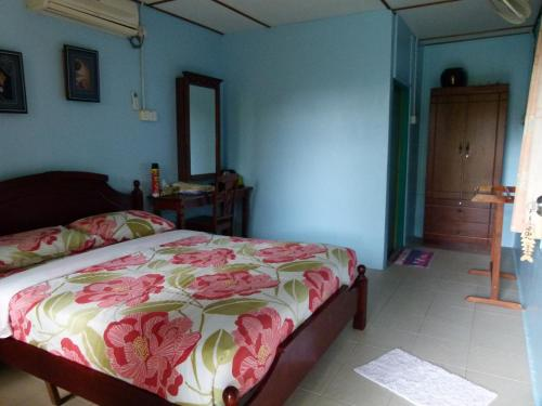 A bed or beds in a room at Cheers Chalet