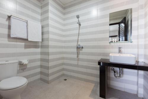A bathroom at OYO 1949 Vrindavan Residence