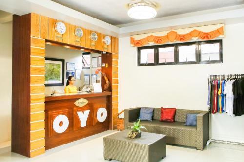 El vestíbulo o zona de recepción de OYO 484 Gonzala Suites