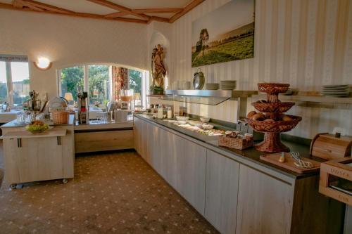 Ein Restaurant oder anderes Speiselokal in der Unterkunft Hotel Schneider
