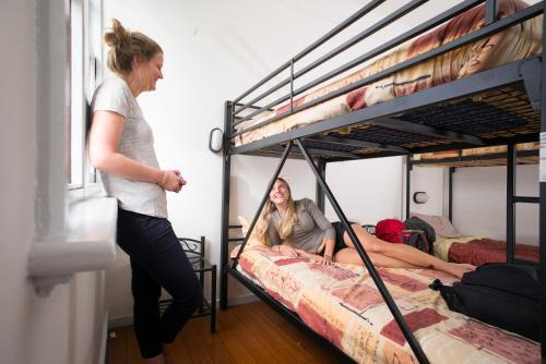 Двухъярусная кровать или двухъярусные кровати в номере Hobart Central YHA