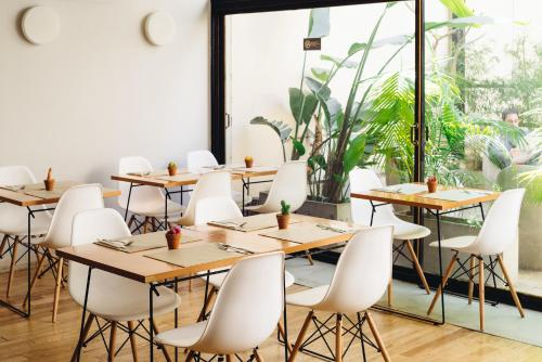 A restaurant or other place to eat at DecO Recoleta Hotel