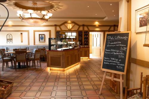 Ein Restaurant oder anderes Speiselokal in der Unterkunft Bundt's Hotel & Gartenrestaurant