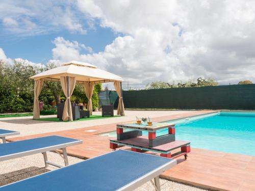 The swimming pool at or near Locazione Turistica Rossella