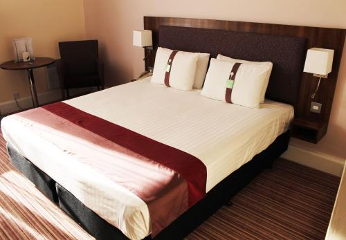 A bed or beds in a room at Holiday Inn Rotherham-Sheffield M1,Jct.33, an IHG Hotel