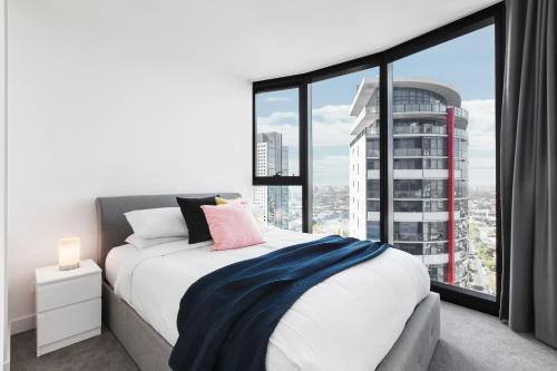 A bed or beds in a room at Chic 2-Bedroom Apartment High Above The City