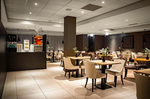 A restaurant or other place to eat at Holiday Inn Express The Hague - Parliament, an IHG Hotel