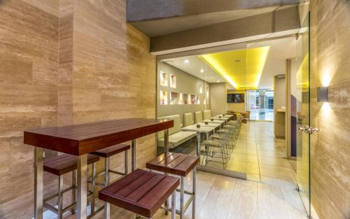 A restaurant or other place to eat at Up Recoleta Hotel