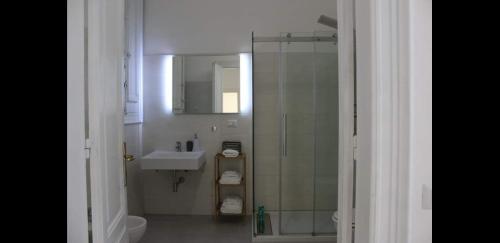 A bathroom at Cagliari d'Amare Via Roma
