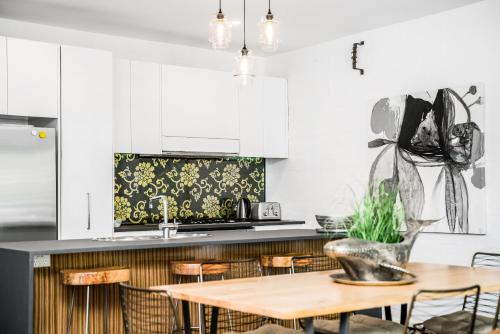 A kitchen or kitchenette at Byron Butter Factory Apartments