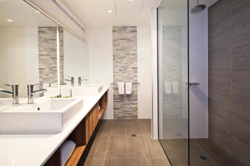 A bathroom at Best Western Plus Ballarat Suites