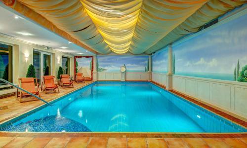 Der Swimmingpool an oder in der Nähe von Hotel Schmitt GARNI