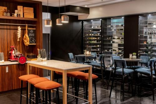 A restaurant or other place to eat at Mercure Hotel Tilburg Centrum
