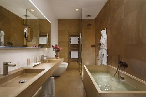 حمام في بالاتسو مونتيمارتيني روما، أحد فنادق راديسون كلوكشن