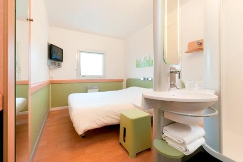 A bathroom at ibis budget Brugge Centrum Station