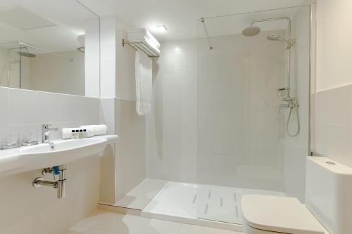 A bathroom at Hesperia Barcelona Barri Gòtic