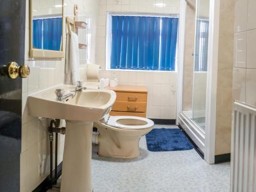 A bathroom at La Tavola Calda Hotel
