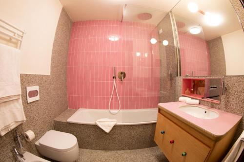 Un baño de OMAMA Hotel