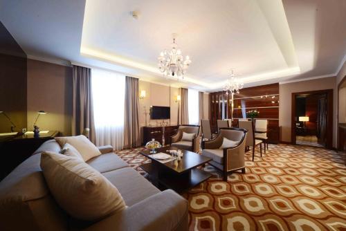 Гостиная зона в Lotte City Hotel Tashkent Palace