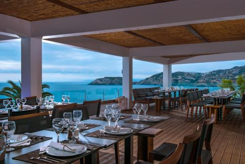 A restaurant or other place to eat at Peninsula Resort & Spa