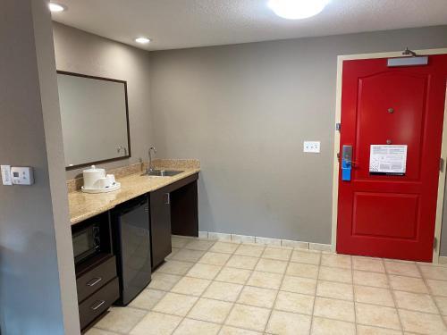 A bathroom at Hampton Inn & Suites Orlando-Apopka