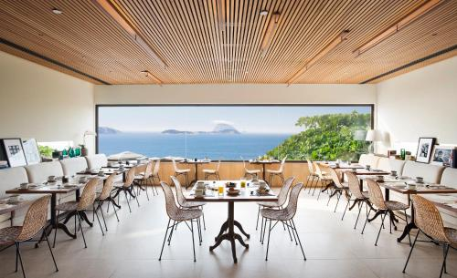 A restaurant or other place to eat at JANEIRO Hotel