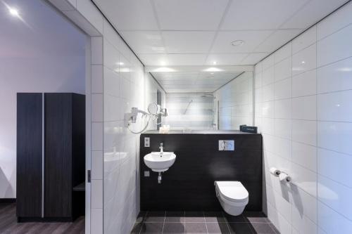 A bathroom at Postillion Hotel Dordrecht