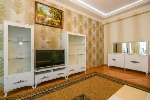 Uma TV ou centro de entretenimento em BAKU CITY CENTER APARTMENT