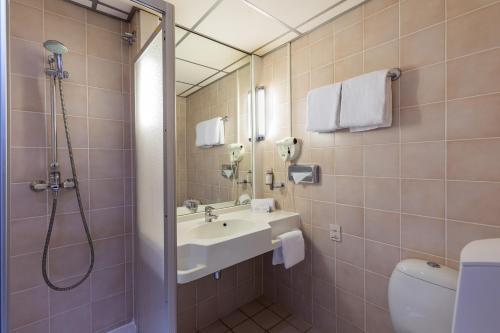 A bathroom at Postillion Hotel Arnhem